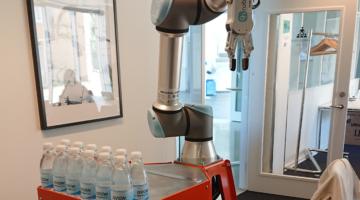 Systemate leger med en robot på elektronikmessen.